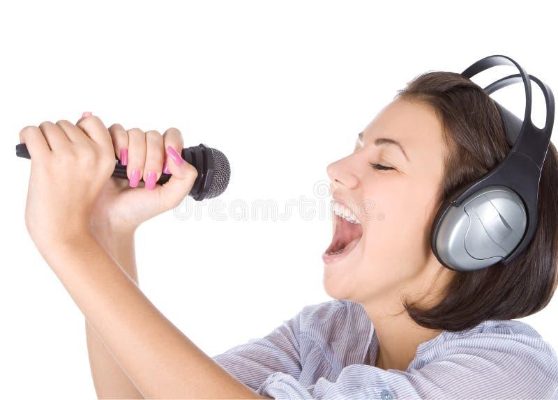 Het Kaukasische vrouwelijke zingen in microfoon. stock fotografie