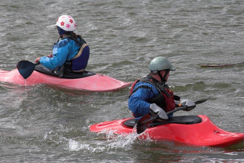 Het kayaking van de familie stock fotografie