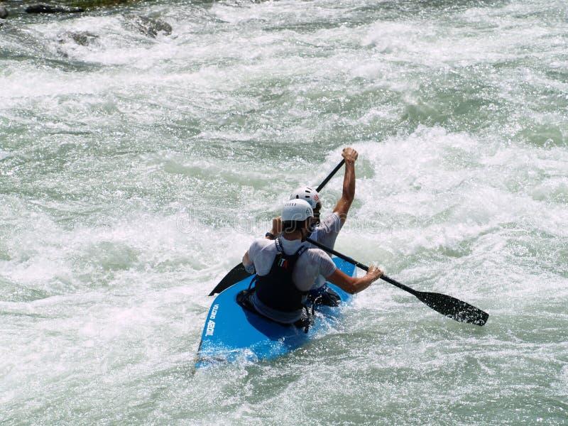 Het kayaking van de stroomversnelling royalty-vrije stock foto's