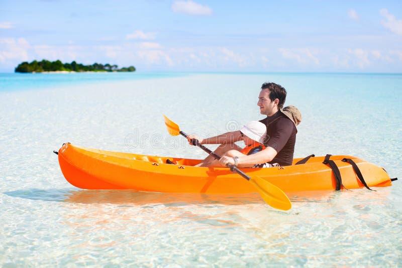 Het kayaking van de vader en van de dochter stock foto's