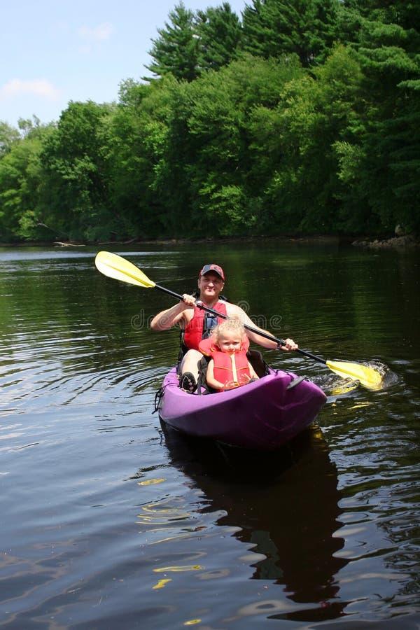 Het kayaking van de vader en van de dochter stock foto
