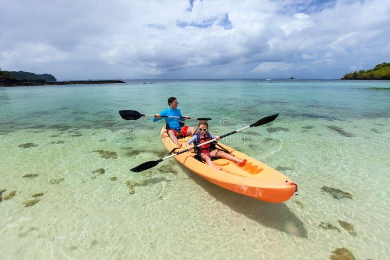 Het kayaking van de vader en van de dochter royalty-vrije stock foto's