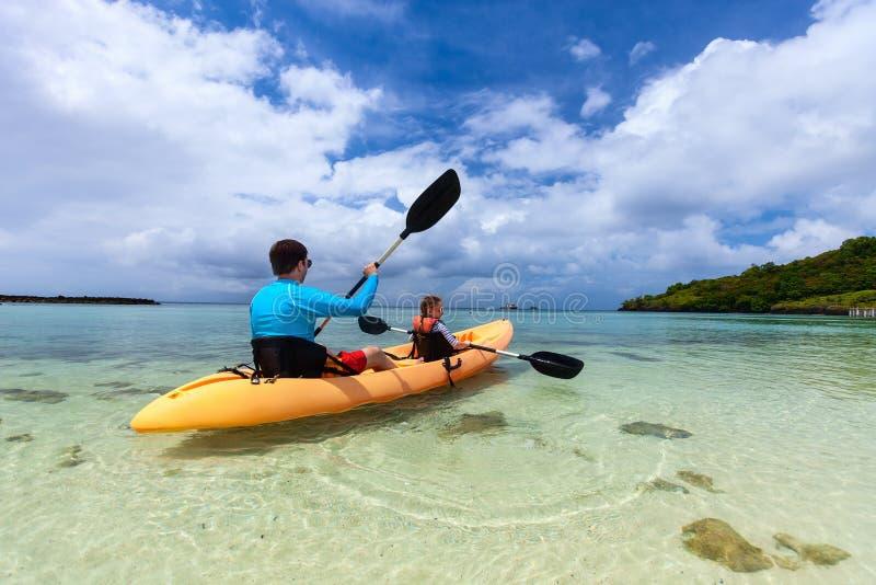 Het kayaking van de vader en van de dochter royalty-vrije stock afbeelding