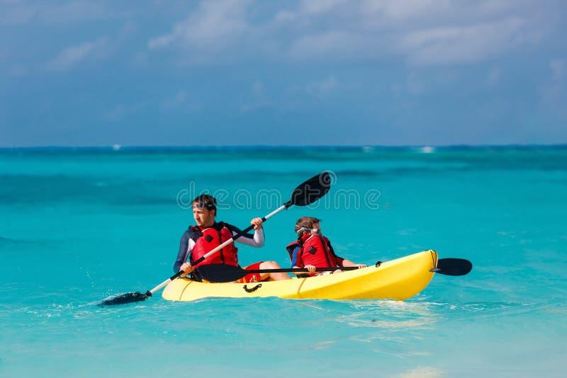 Het kayaking van de vader en van de zoon royalty-vrije stock afbeelding