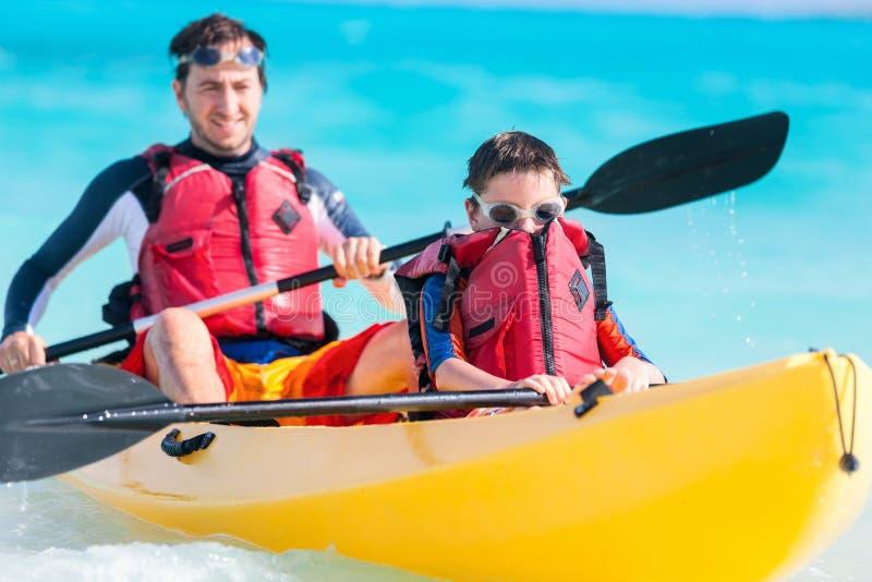 Het kayaking van de vader en van de zoon royalty-vrije stock foto