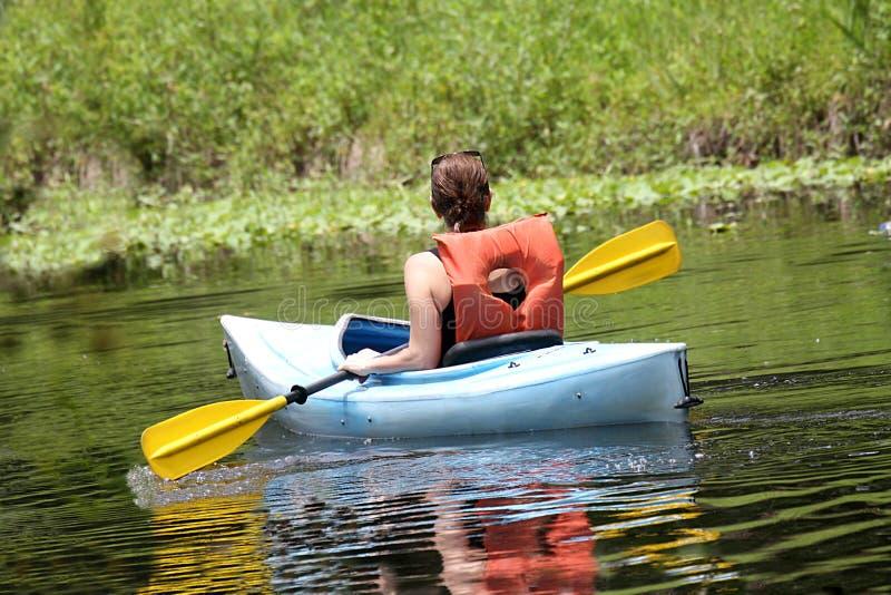 Het kayaking van de vrouw stock foto