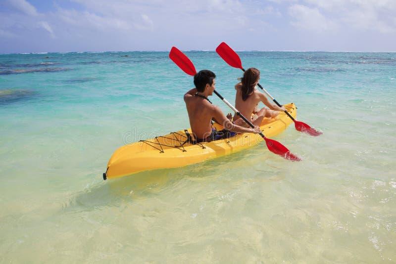 Het kayaking van het paar stock afbeelding