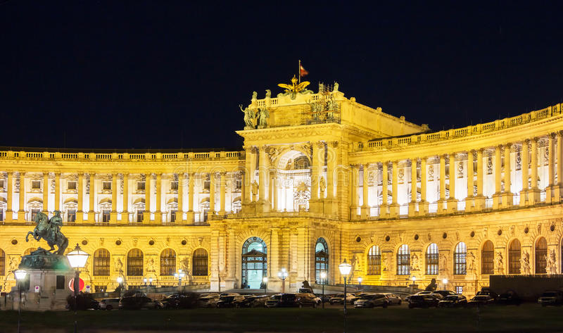 Het keizerpaleis van Wenen Hofburg bij nacht, Oostenrijk stock afbeeldingen