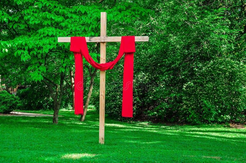 Het kerkkruis drapeerde rode kleren royalty-vrije stock afbeelding
