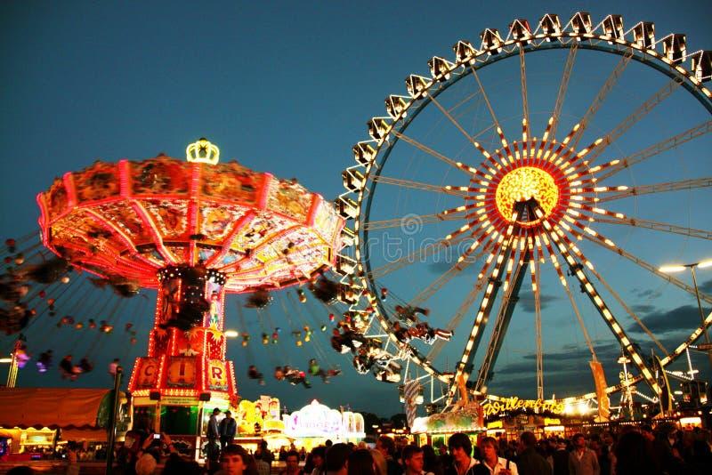 Het kermisterrein van Oktoberfest bij nacht stock foto