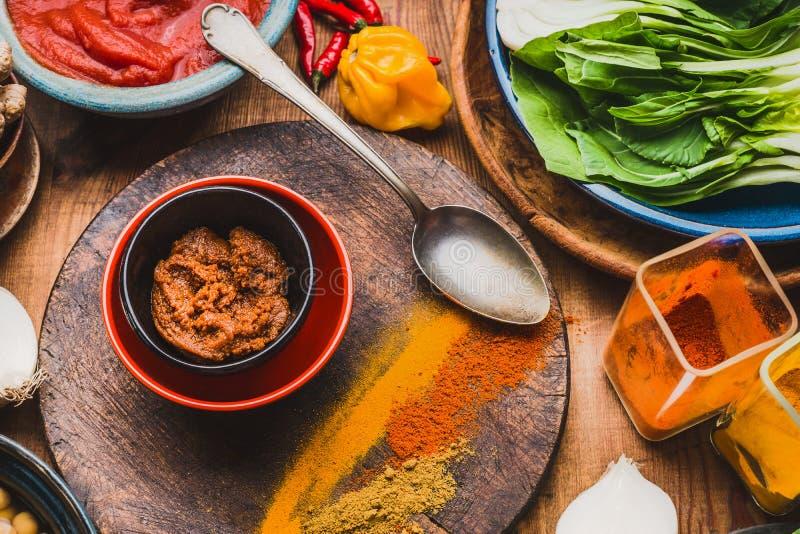 Het kerriedeeg met kleurrijke kruiden, het koken lepelt en ingrediënten, hoogste mening Het gezonde eten of Indische keuken royalty-vrije stock foto