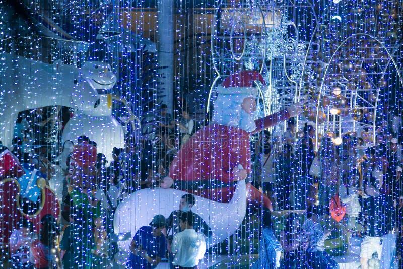 Het kerstmanstandbeeld en het Licht van kleurrijk verfraaien mooi op Kerstboomviering stock afbeeldingen
