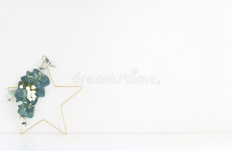 Het Kerstmisbinnenland, Kerstmiskroon in de vorm van een ster met eucalyptus wordt verfraaid vertakt zich op een lichte achtergro royalty-vrije stock afbeelding