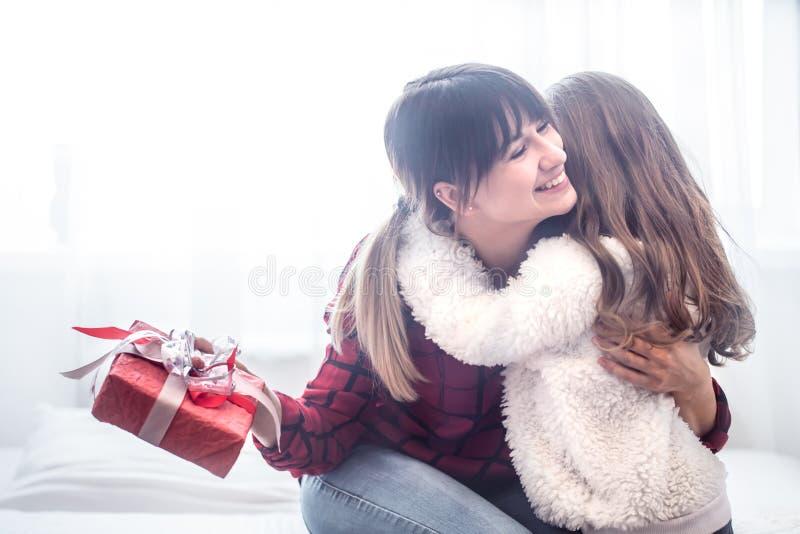 Het Kerstmisconcept, de Dochter geeft een gift aan haar moeder stock foto