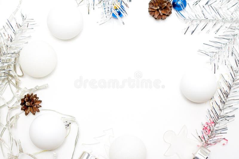 Het Kerstmiskader van zilveren spar wordt gemaakt vertakt zich, witte ballen, denneappels - vakantie, de winter en vieringsconcep stock afbeeldingen