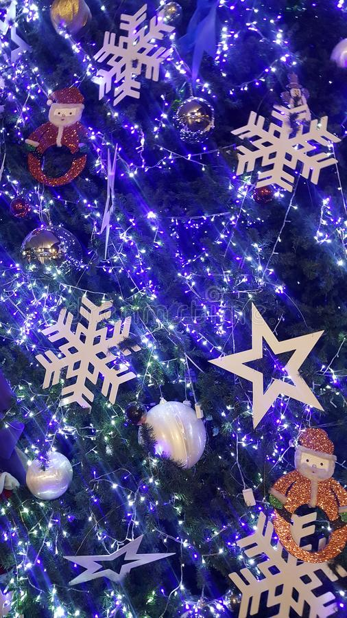 het Kerstmislicht is zeer aardige en gelukkige tijd royalty-vrije illustratie