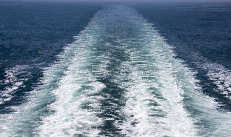 Het kielzog op Atlantische linkerzijde achter het schip stock foto