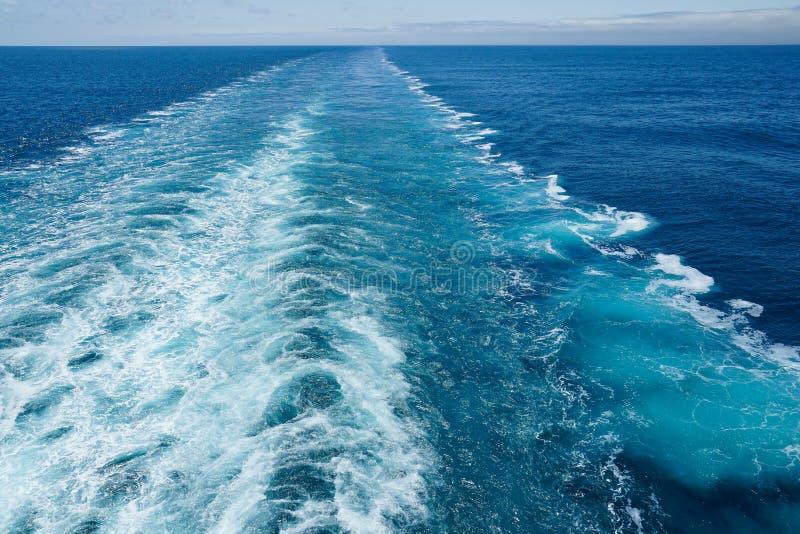 Het kielzog van het cruiseschip op een duidelijke dag royalty-vrije stock foto