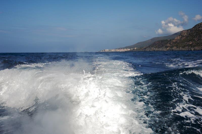 Het kielzog van de motorboot royalty-vrije stock afbeeldingen