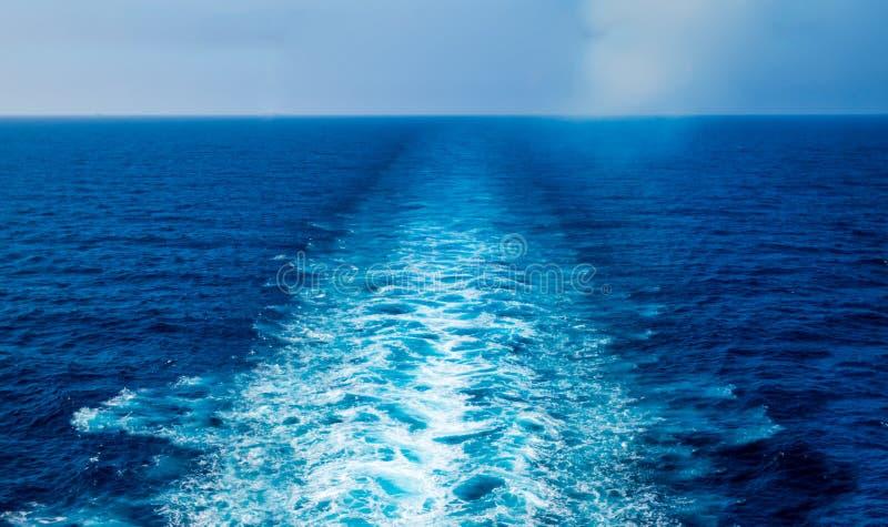Het kielzog van het cruiseschip stock afbeelding