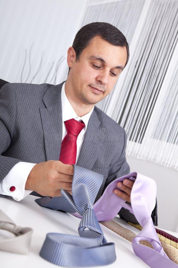 Het kiezen van de beste stropdas voor een werkdag stock foto's