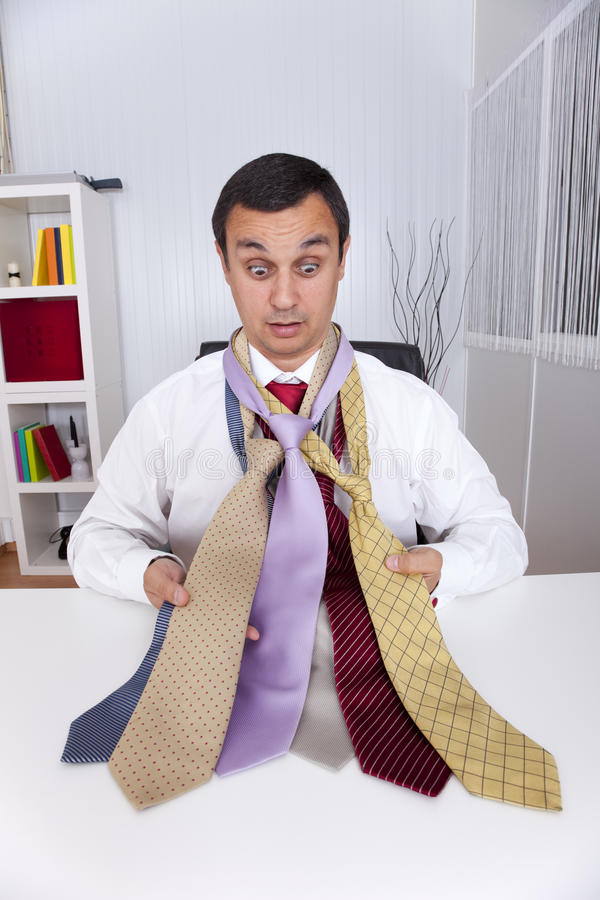 Het kiezen van de beste stropdas voor een werkdag royalty-vrije stock fotografie