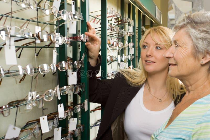 Het kiezen van glazen bij de opticien royalty-vrije stock fotografie