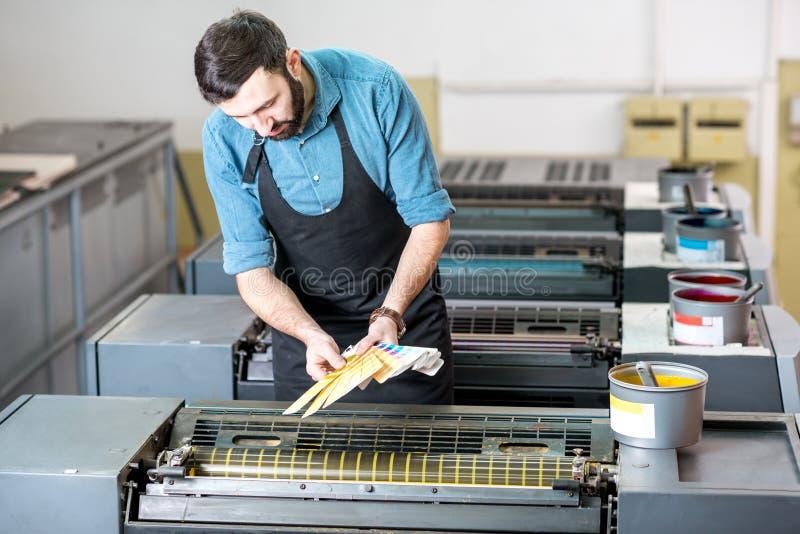 Het kiezen van kleur bij de druk productie stock fotografie
