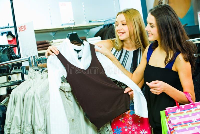 Het kiezen van nieuwe kleren stock afbeelding