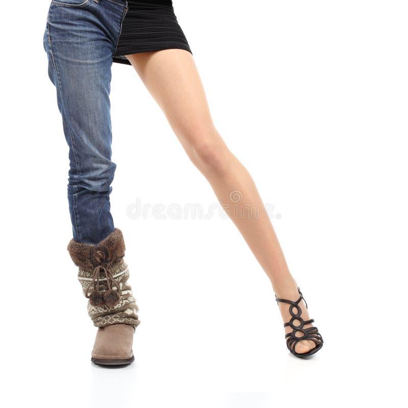 Het kiezen van toevallige of elegante de vrouwen modelbenen van het kledingsconcept royalty-vrije stock afbeelding