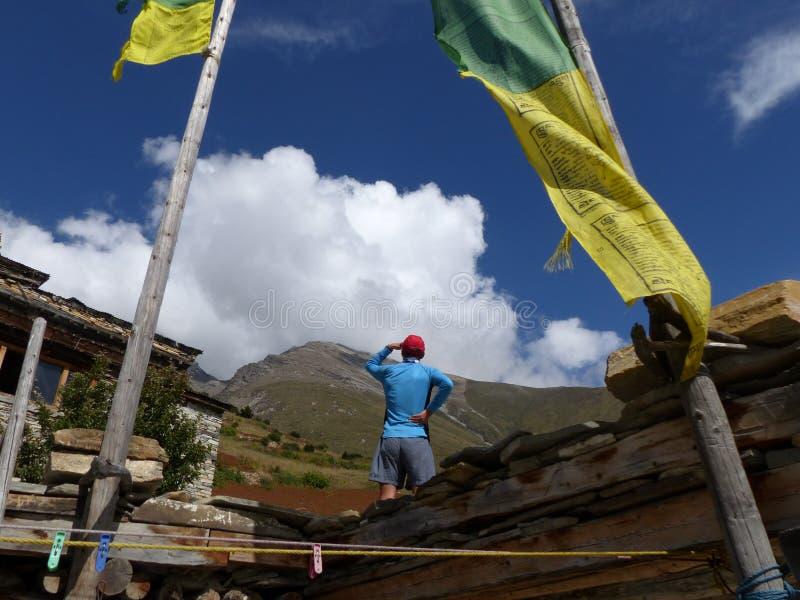 Het kijken aan de bergen van Ghyaru-dorp stock foto's