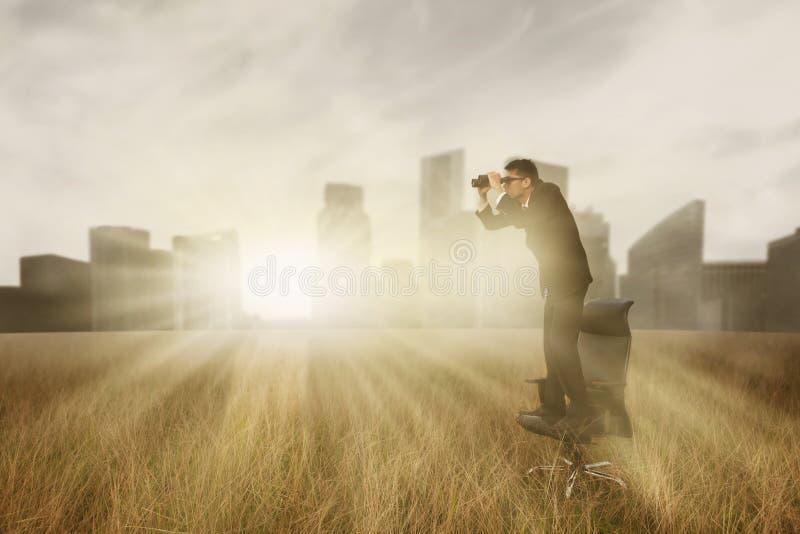 Het kijken aan de toekomst stock foto