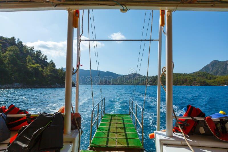 Het kijken aan Rotsachtige kust met bomen in het Egeïsche Overzees van jacht stock fotografie