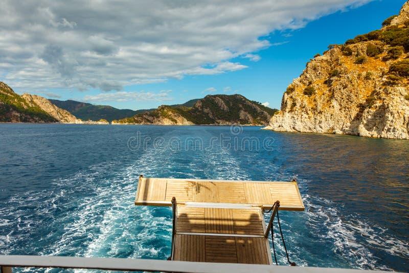 Het kijken aan Rotsachtige kust met bomen in het Egeïsche Overzees van jacht royalty-vrije stock afbeeldingen