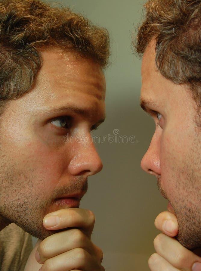 Het kijken in de Spiegel stock afbeeldingen