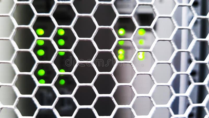 Het kijken door de deuren van het honingraatpatroon binnen het moderne grote rek van de gegevensserver in het datacentrum met de  royalty-vrije stock afbeeldingen