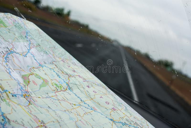 Het kijken door een windscherm met een wegenkaart op het dashboard royalty-vrije stock fotografie