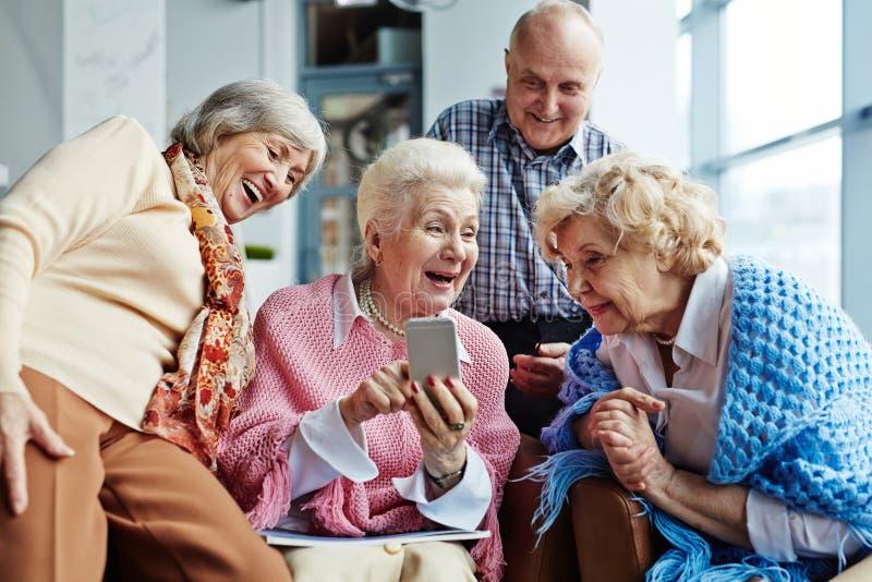 Het kijken door grappige foto's stock afbeelding