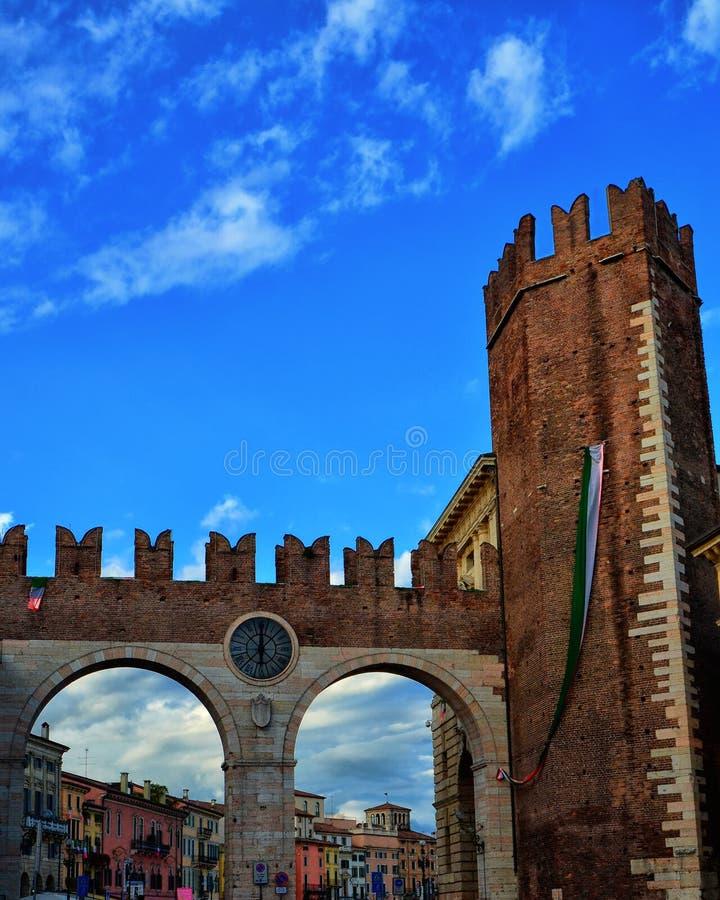 Het kijken door Portoni-dellabustehouder in Verona royalty-vrije stock foto