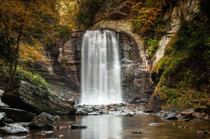 Het kijken Glas valt in Appalachians van Noord-Carolina in de recente herfst met het gebladerte van de dalingskleur stock fotografie