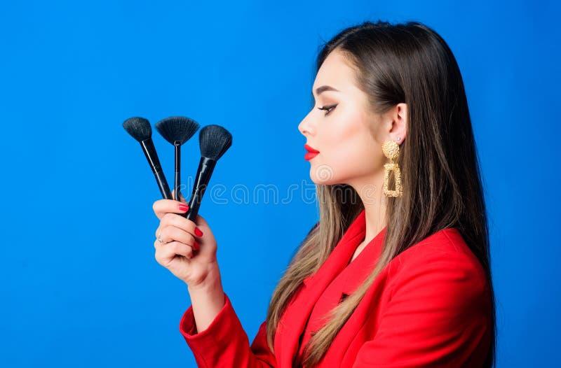 Het kijken goed en het voelen zeker De professionele winkel van de make-uplevering ( De schitterende dame maakt omhoog rode lippe stock afbeeldingen