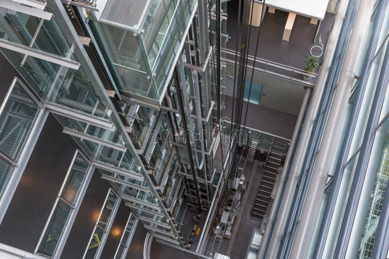 Het kijken naar beneden in een moderne open liftschacht royalty-vrije stock afbeelding