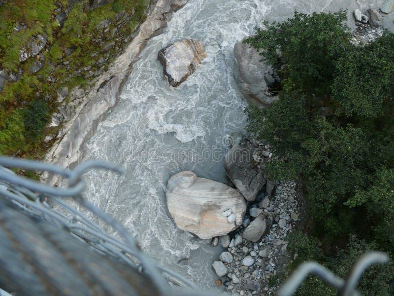 Het kijken neer aan Kali Gandaki-rivier van hangbrug stock foto's