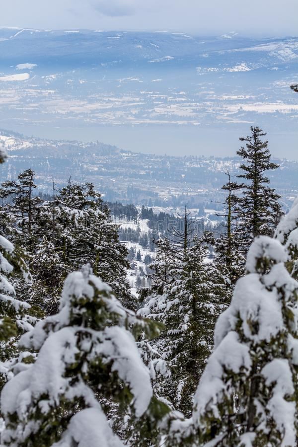 Het kijken neer aan Okanagan-Meer en het Westen Kelowna na sneeuwval royalty-vrije stock afbeelding
