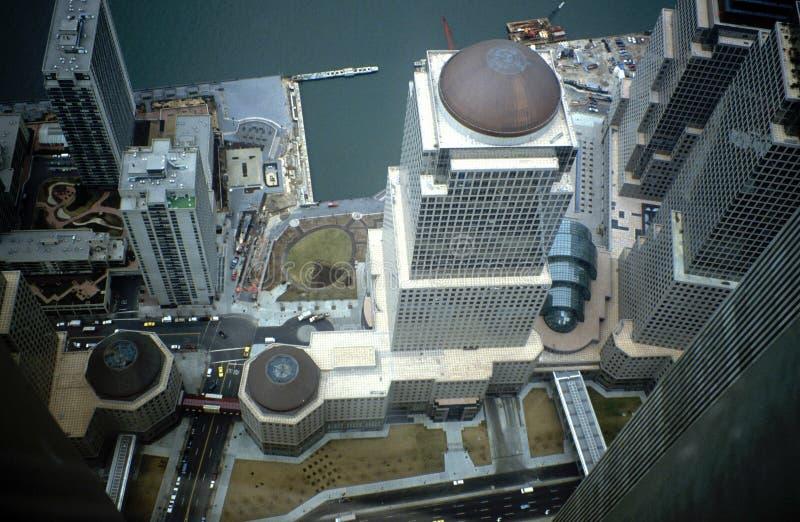 Het kijken neer op de Straat van New York van hierboven in de lange wolkenkrabber van Manhattan De mening van het vogel` s oog Lo stock foto