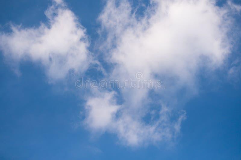 Het kijken omhoog aan de blauwe hemel op een bewolkte dag royalty-vrije stock foto