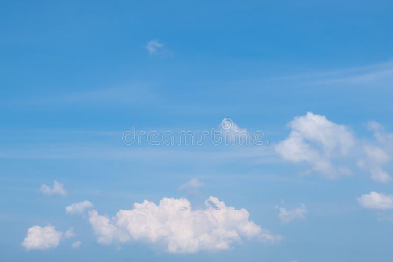 Het kijken omhoog aan de blauwe hemel op een bewolkte dag royalty-vrije stock fotografie