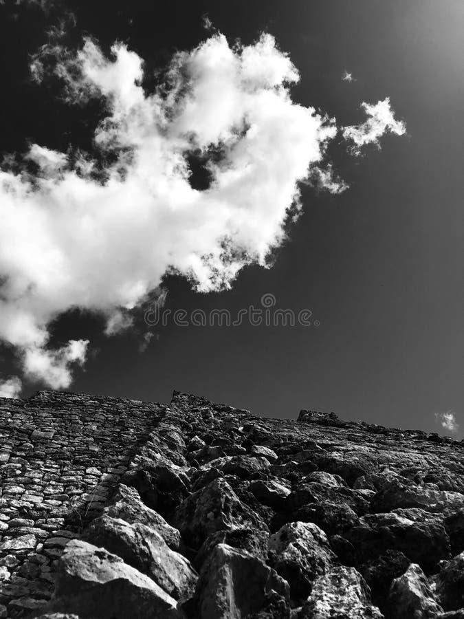 Het kijken omhoog aan de wolken en de ruïnes van Mayapan - YUCATAN - MEXICO royalty-vrije stock afbeeldingen