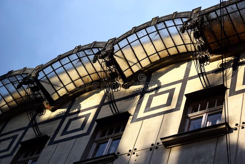 Het kijken omhoog aan een oud gebouw royalty-vrije stock foto