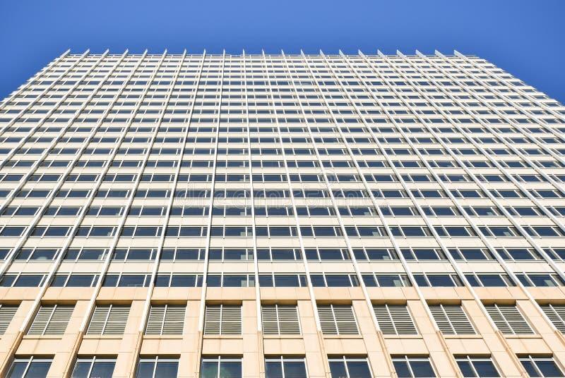 Het kijken omhoog de voorgevel van een bureaugebouw royalty-vrije stock foto's